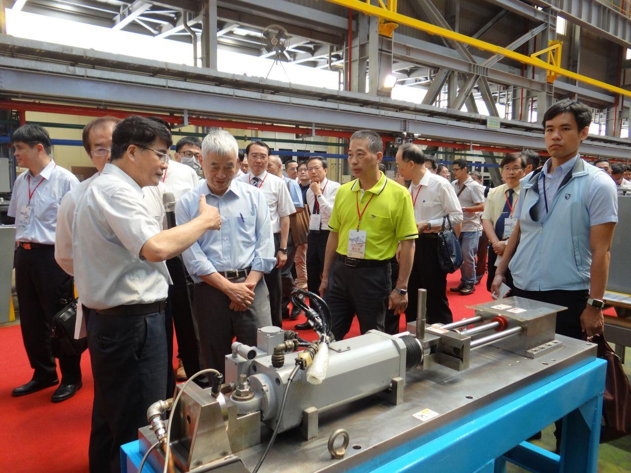 交通部長賀陳旦出席「107年軌道系統維修採購商源說明會」。圖/台鐵局提供