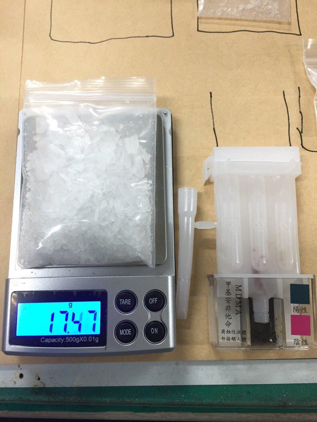 台中市第三警分局在8日逮捕涉嫌利用網路軟體販售毒品的賴姓男子,並查扣安非他命、磅...