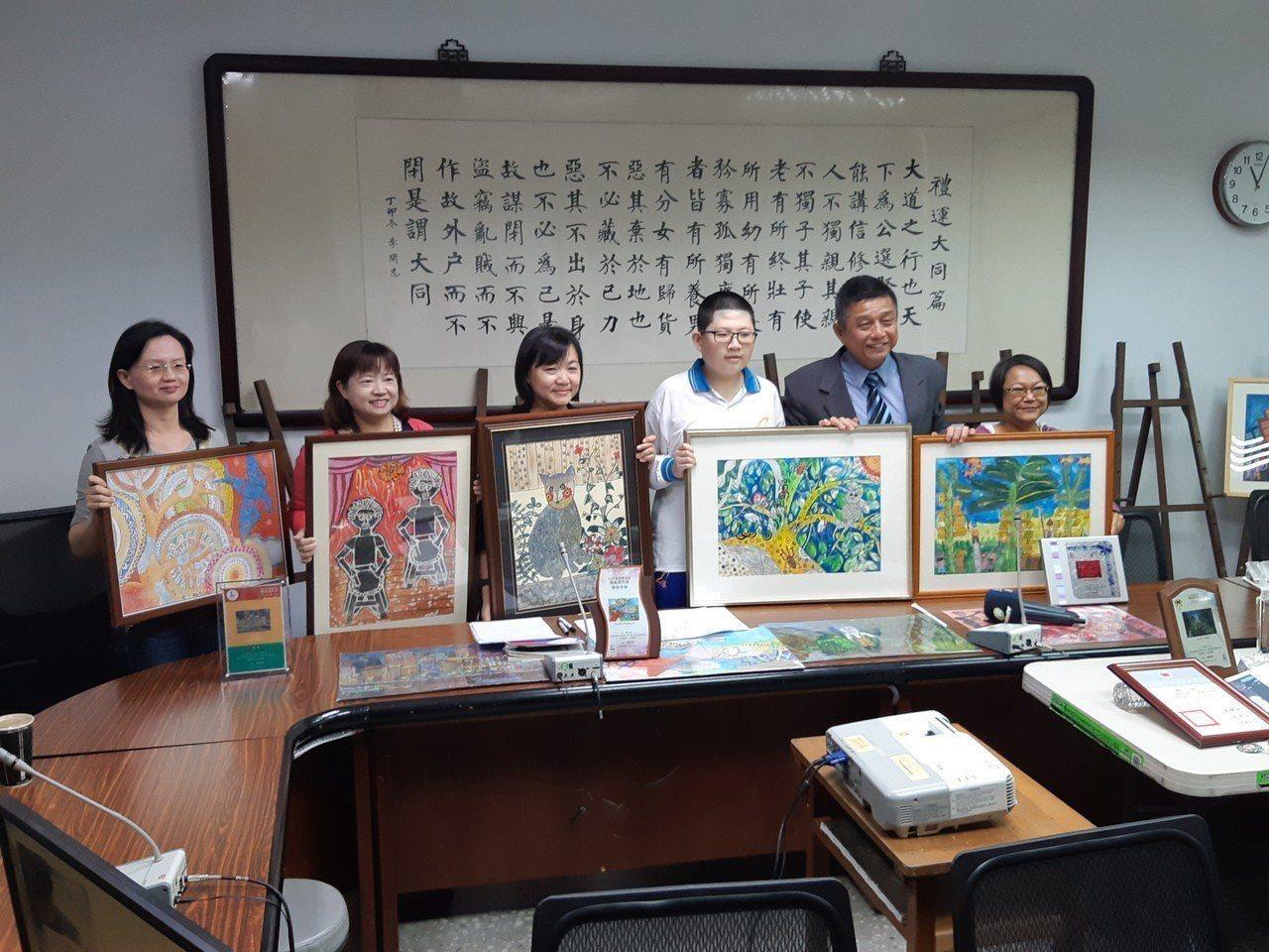 罹患小胖威利症候群的小港國中學生蘇亦禾(右三),在繪畫中找到自信圖/小港國中提供