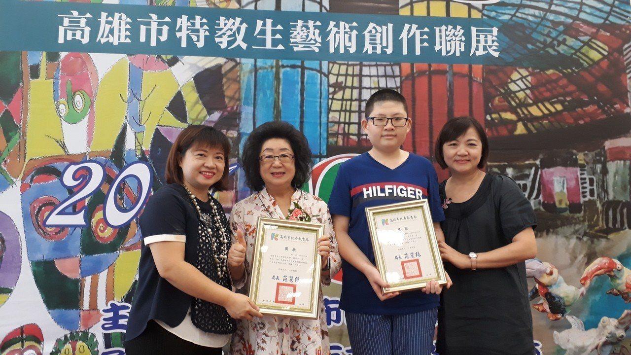 罹患小胖威利症候群的小港國中學生蘇亦禾(右二),在繪畫中找到自信,高雄市教育局長...
