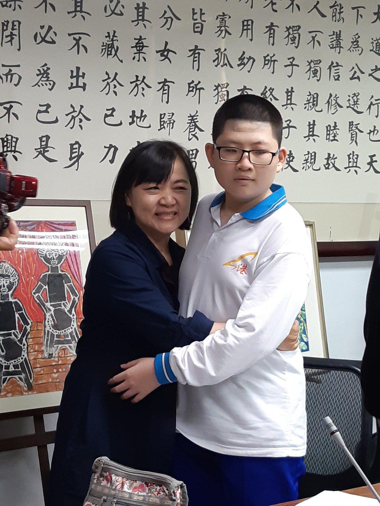 媽媽陪著罹患小胖威利症候群的孩子蘇亦禾一起成長,母子情深。圖/小港國中提供