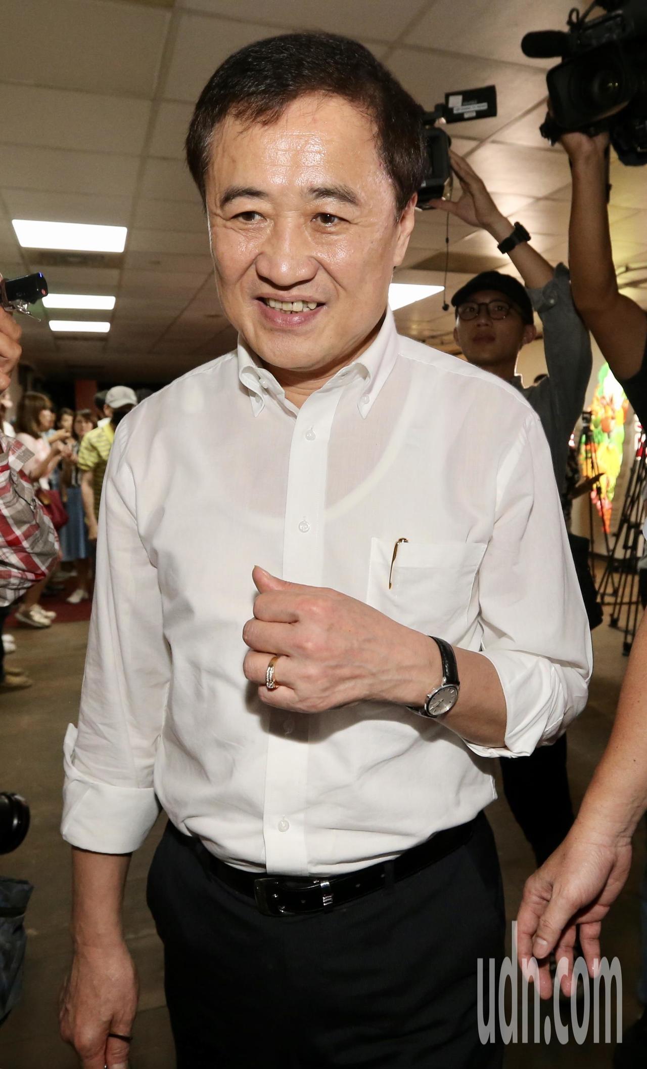 台北市副市長陳景峻下午前往台北農產運銷公司開董事會前。記者林伯東/攝影