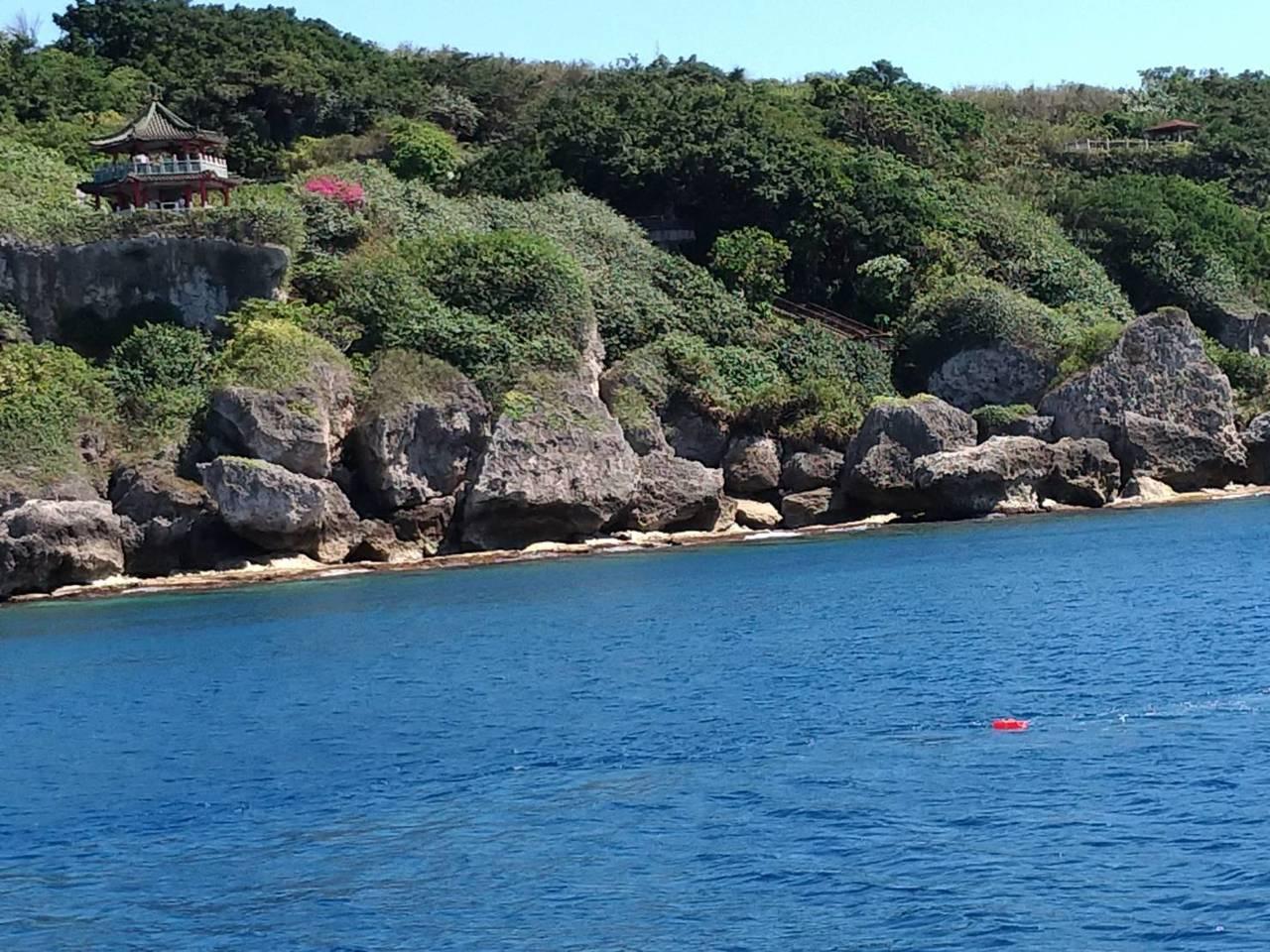 屏東小琉球美人洞望海亭海域架設紅色的繫錨浮球。記者潘欣中/翻攝