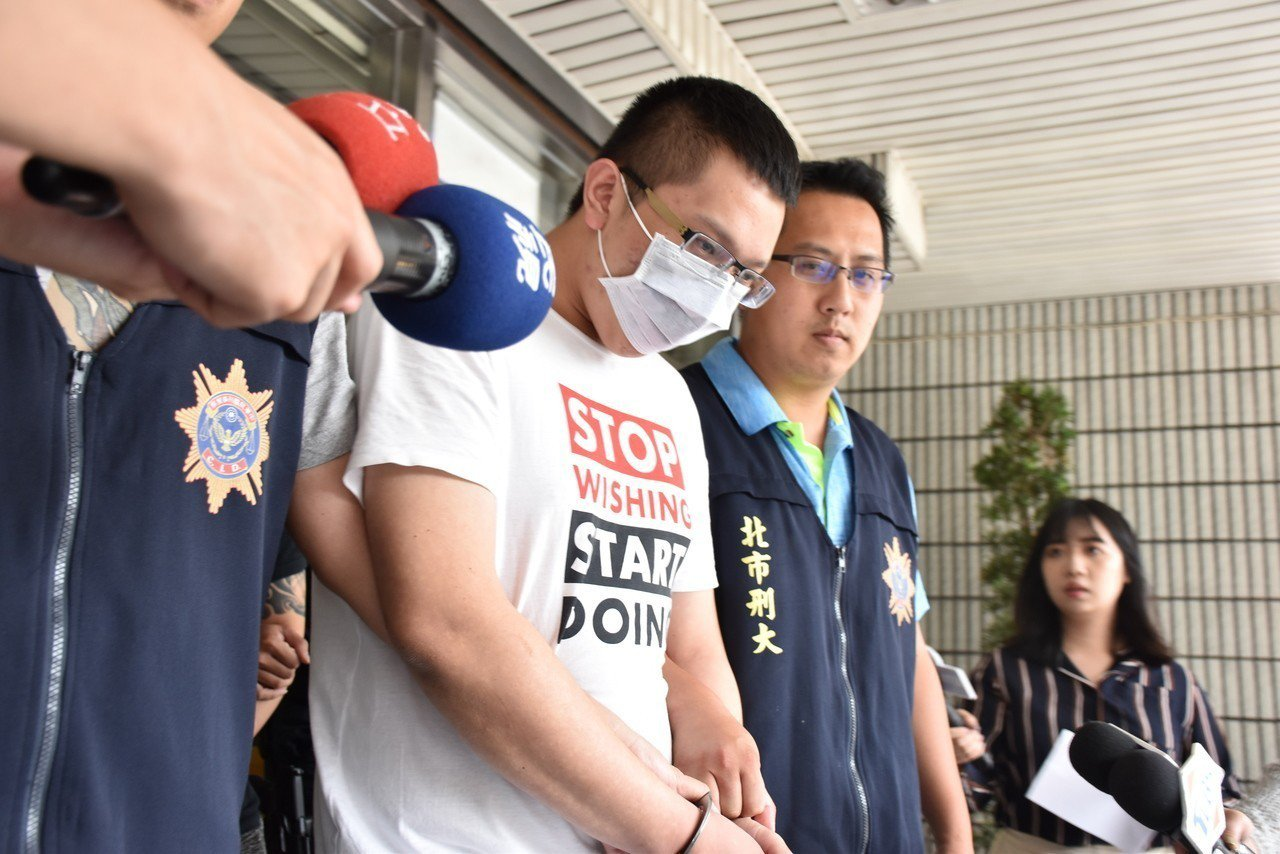 竹聯幫月堂成員廖姓男子(23歲)涉嫌販賣毒品遭警方拘提到案。記者蕭雅娟/攝影