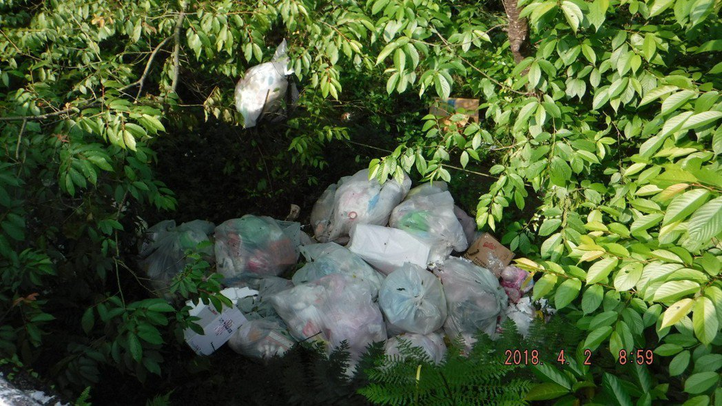新北汐止大尖山山區4月時被非法棄置大量垃圾包,嚴重影響環境衛生。圖/新北環保局提...