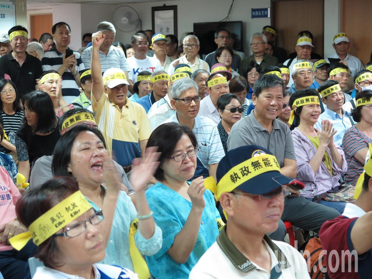 聲援軍公教警消草根釋憲連署說明會今天前進北台灣桃園,許多退休軍公教人士頭綁黃布條...