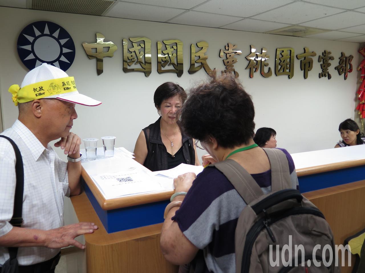 聲援軍公教警消草根釋憲連署說明會今天前進北台灣桃園,國民黨市黨部開放連署。記者張...
