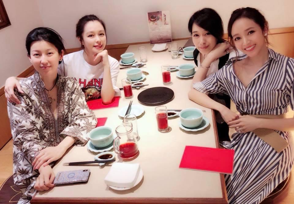 徐若瑄(後排左一)被好友侯佩岑(前排右一)邀請一起吃飯。圖/摘自臉書