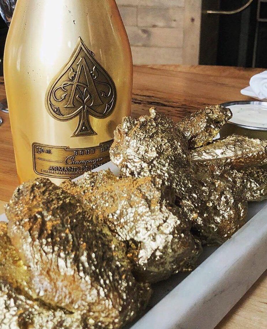 紐約一家餐廳推出「24K金雞翅」,蔚為話題。(取自Instagram)