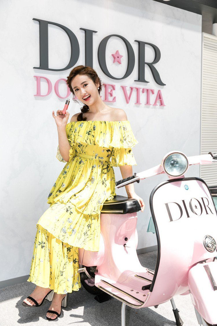 吳姍儒出席迪奧「DOLCE VITA我的羅馬假期」夏日派對,手持6月開賣的迪奧癮...