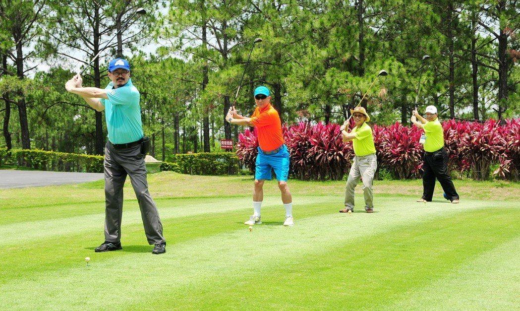 第15屆全國EMBA高爾夫球聯誼賽在台中登場,440位高球菁英齊聚揮桿競技。圖/...