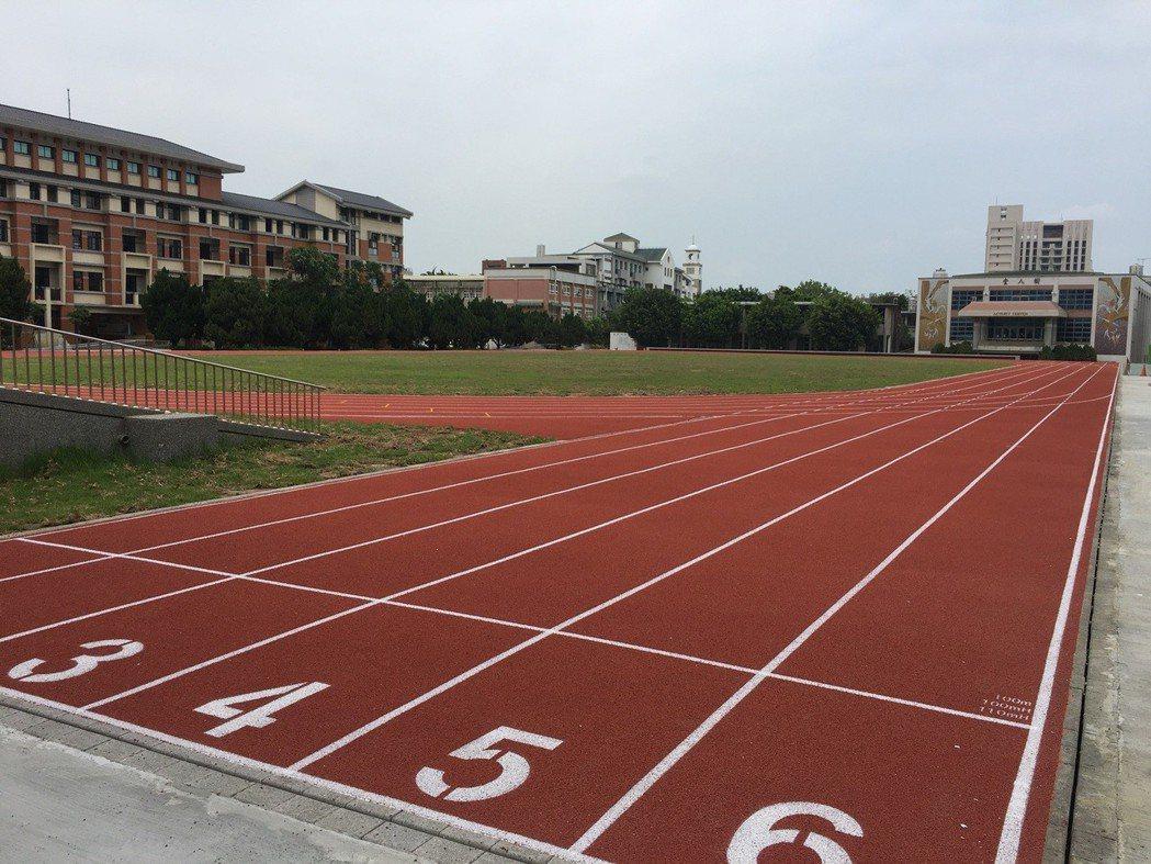 竹南國中操場、跑道及司令台已完成整建,包括250公尺長6個跑道的PU跑道。圖/苗...