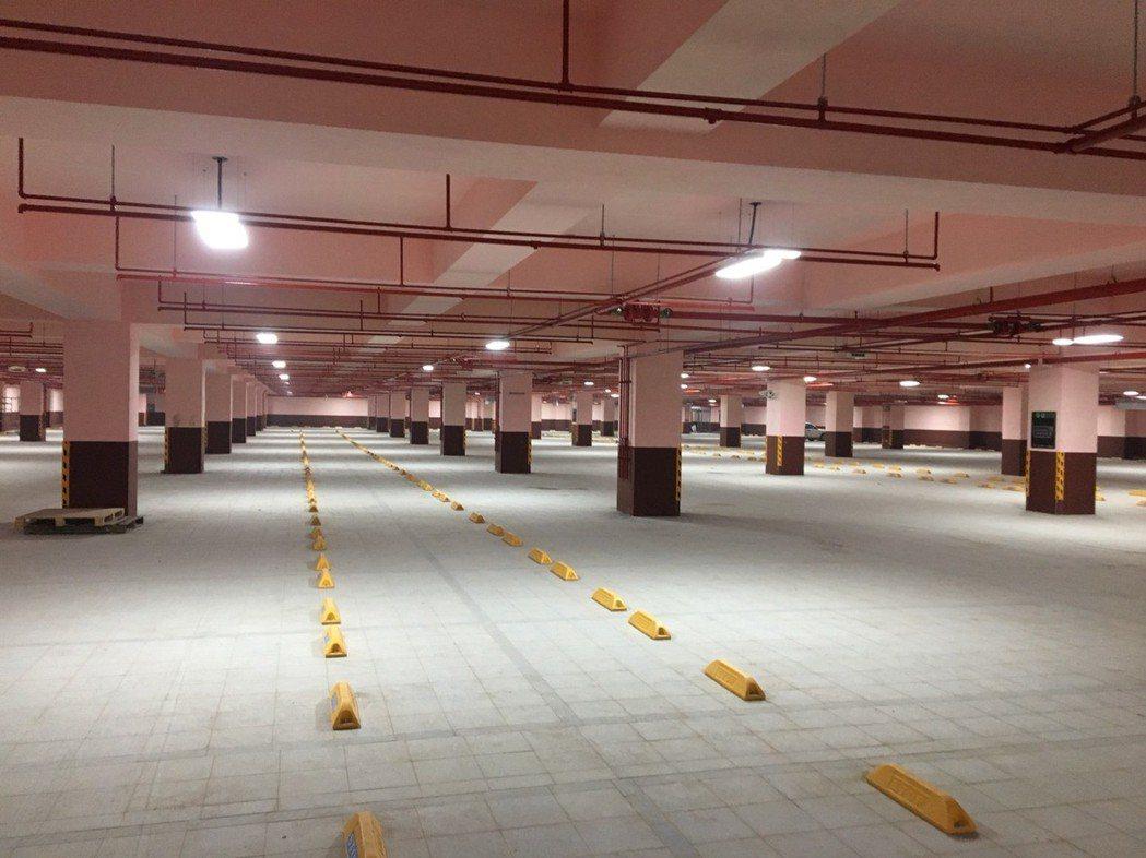 苗栗縣府利用竹南國中操場興建地下停車場,將在5月底完工,可提供汽車停車位205個...