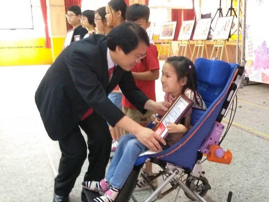 基隆市中正國小罹患「先天性脊髓性肌肉萎縮症」小六女童林依依,獲得今年的「總統教育...