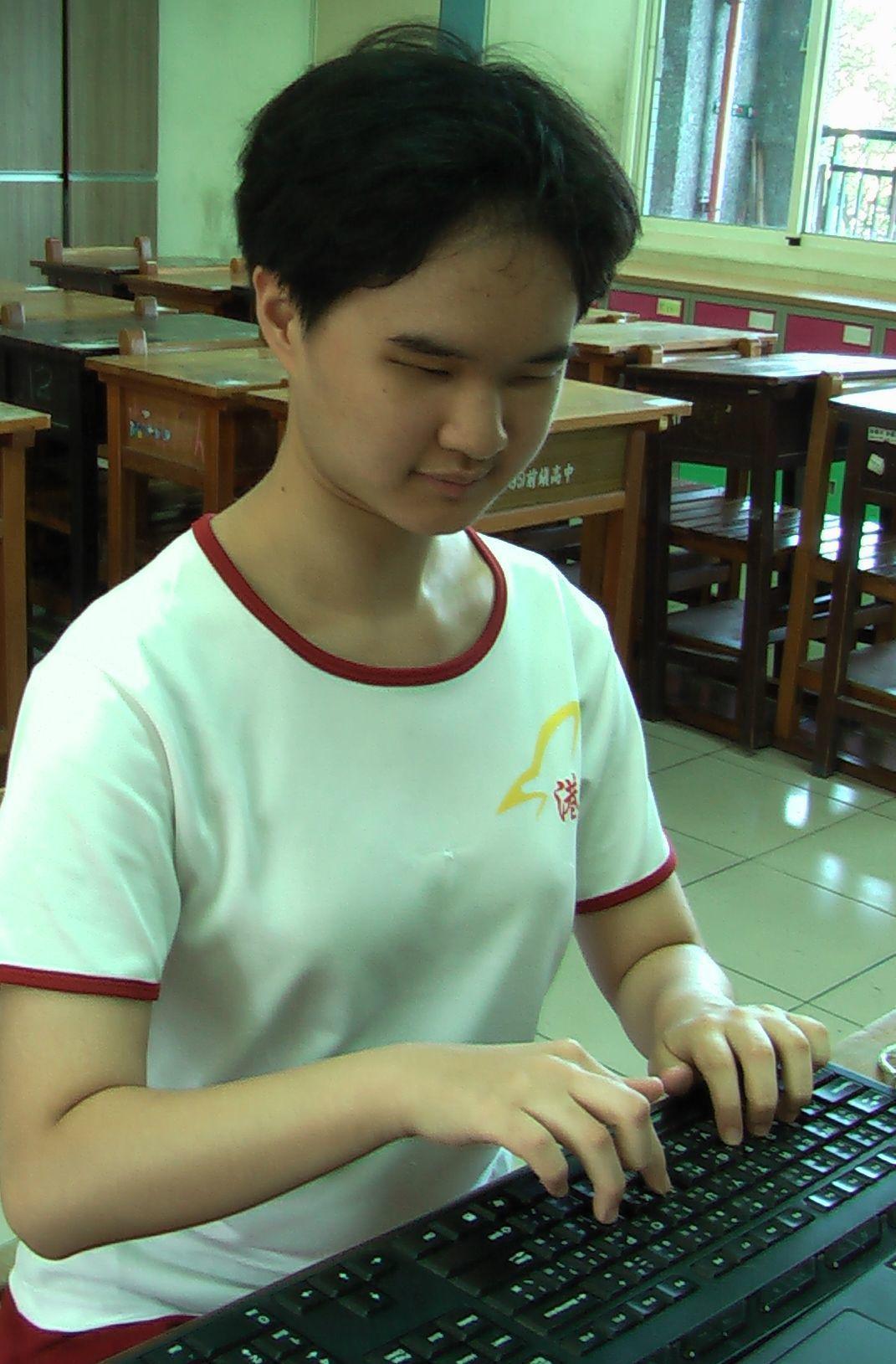 全盲考生曾靖雅曾獲總統教育獎,試用前鎮高中試務單位為她準備的盲用電腦。記者徐如宜...