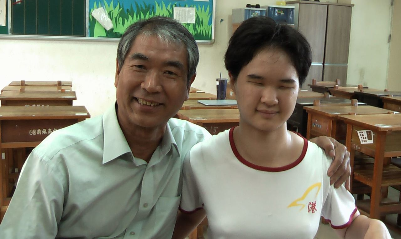 曾春永(左)父兼母職,陪伴全盲孩子曾靖雅(右)成長,父女情深。記者徐如宜/攝影