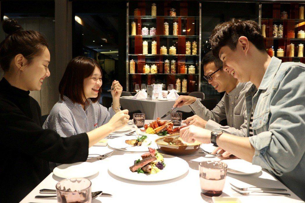 板橋凱撒大飯店朋派自助餐廳推出2人同行、第2人499元。圖/板橋凱撒大飯店提供