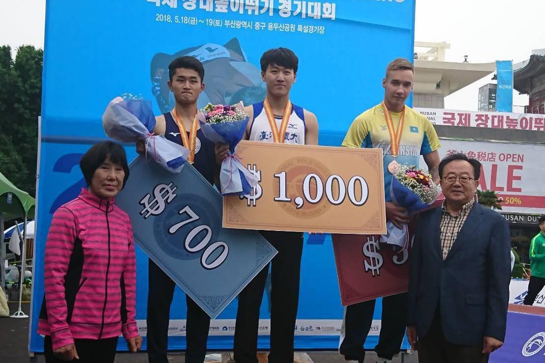 台體大撐竿跳好手許德敬(中)在南韓釜山撐竿跳賽中以5公尺成績拿下U20組金牌。圖...