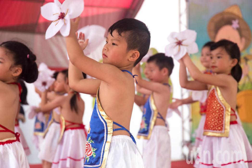 開幕活動中有吉安鄉立幼兒園學童到場表演。記者蔡翼謙/攝影
