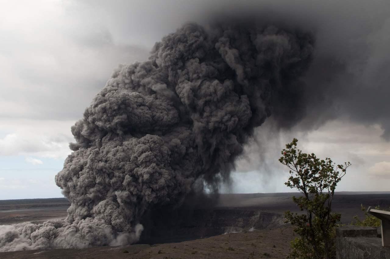 位於夏威夷大島的幾勞亞火山主峰在當地時間17日凌晨4點15分突然爆發,將火山灰送...