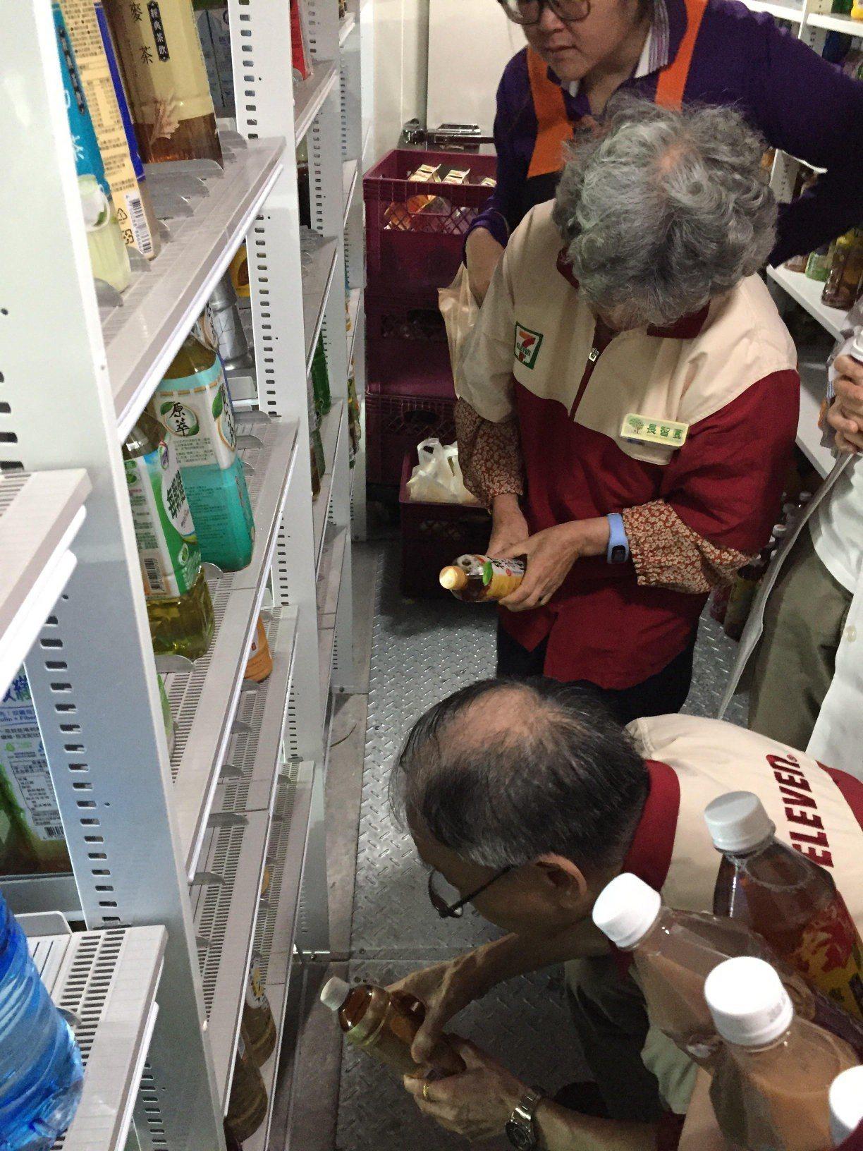 失智爺奶今脫掉日常服裝,換上店員制服,當起店內的高年級實習生。圖/長智園提供