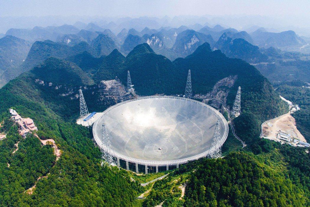 位於貴州的「中國天眼」500公尺直徑球面射電望遠鏡(FAST)。(取自百度百科)