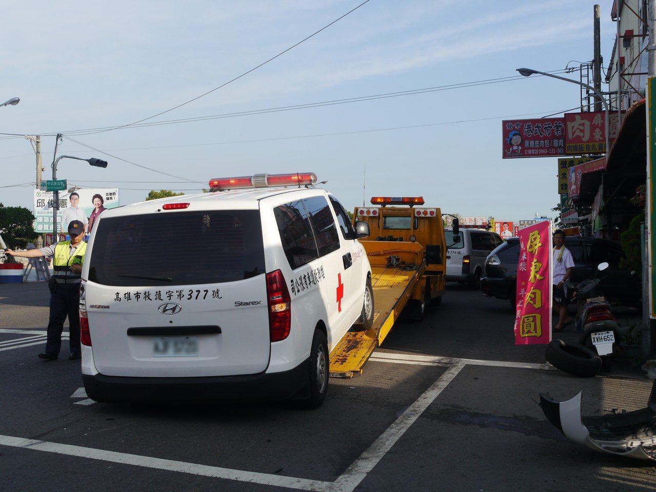 民間救護車在高市鳥松區中正路上發生車禍,所幸救護車上沒有傷患。記者徐白櫻/攝影