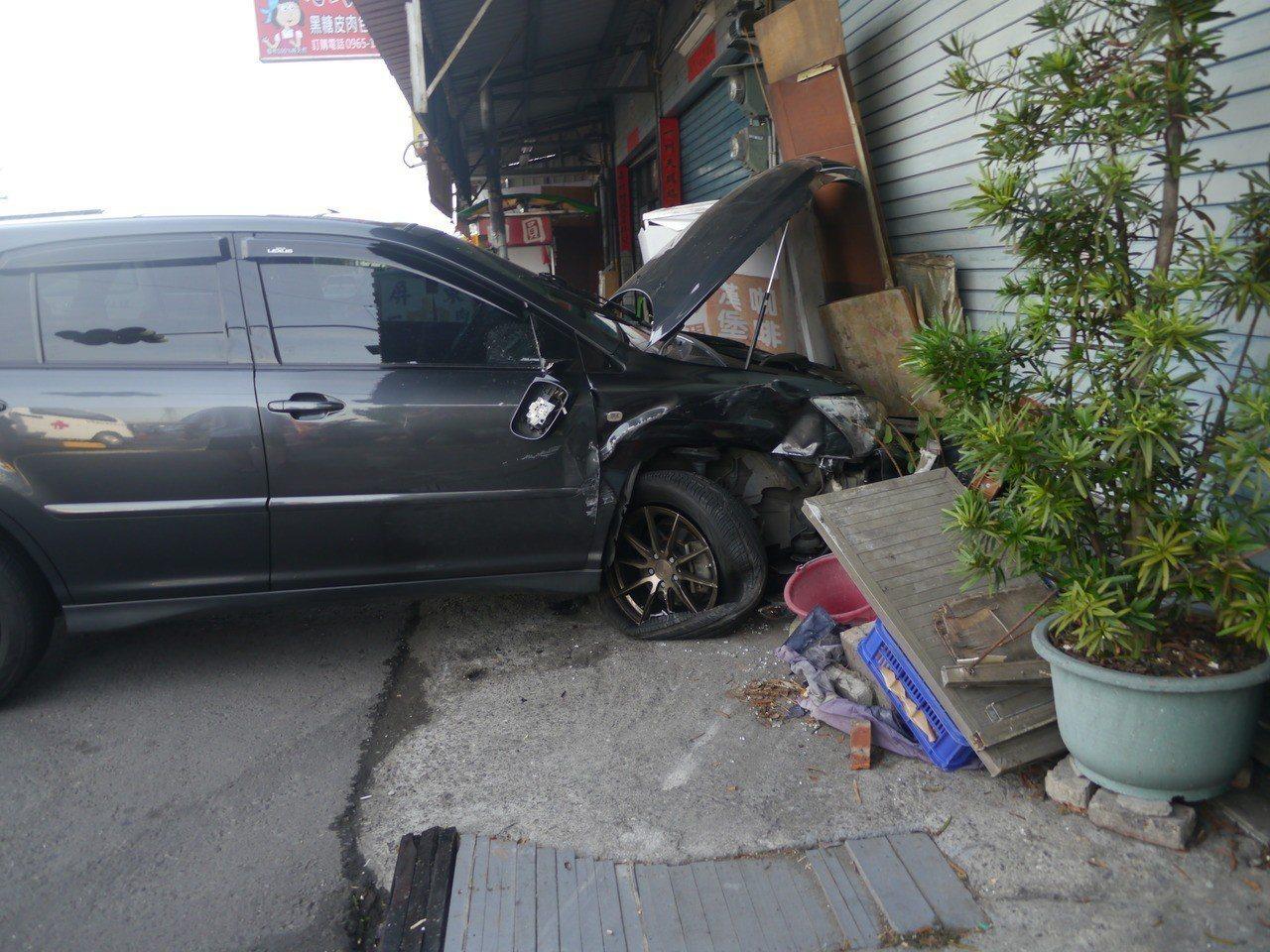 事故發生後,轎車打滑撞入路旁民宅。記者徐白櫻/攝影