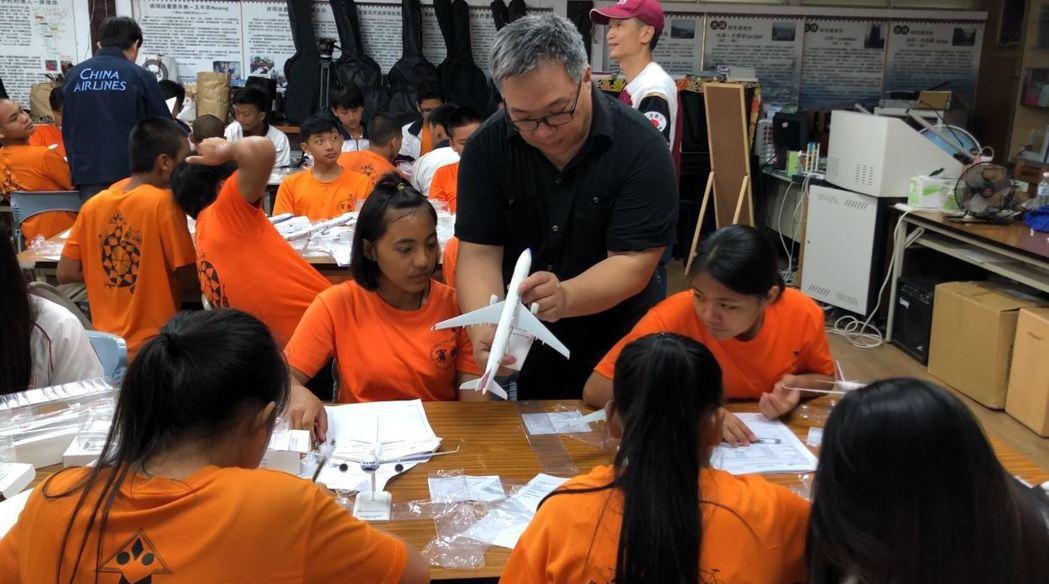 華航團隊帶領台東偏鄉學校學生認識航空工作。希望透過航空界的各種工作與甘苦,讓孩子...