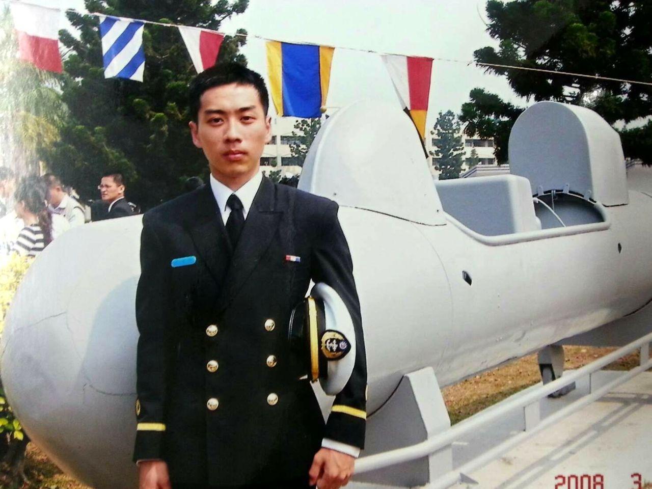 薛海軍官校畢業後,一路從少尉排長當到上尉連長,八八風災時曾率百餘名士官兵,搶救了...