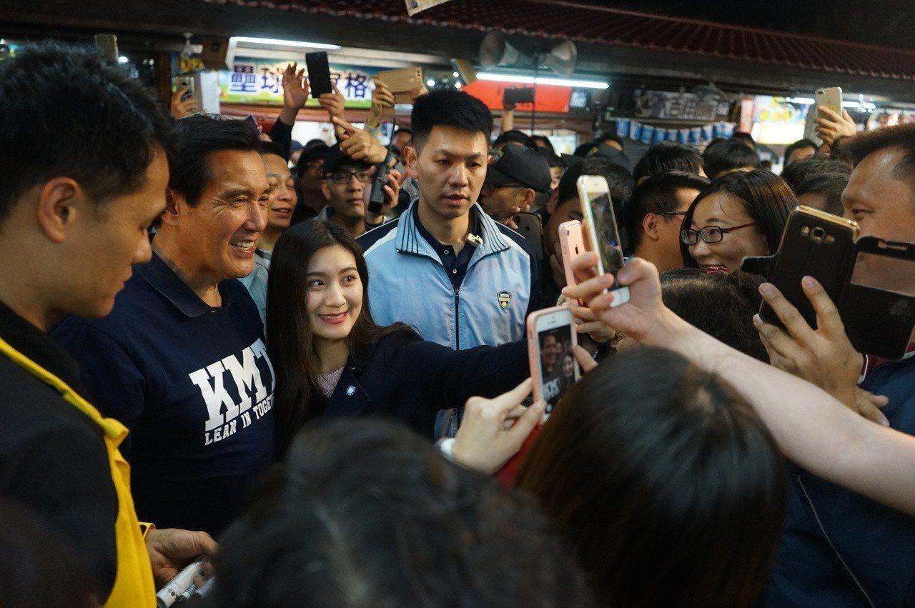 前總統馬英九今年3月造訪花蓮東大門夜市,引起一陣旋風。圖/報系資料照