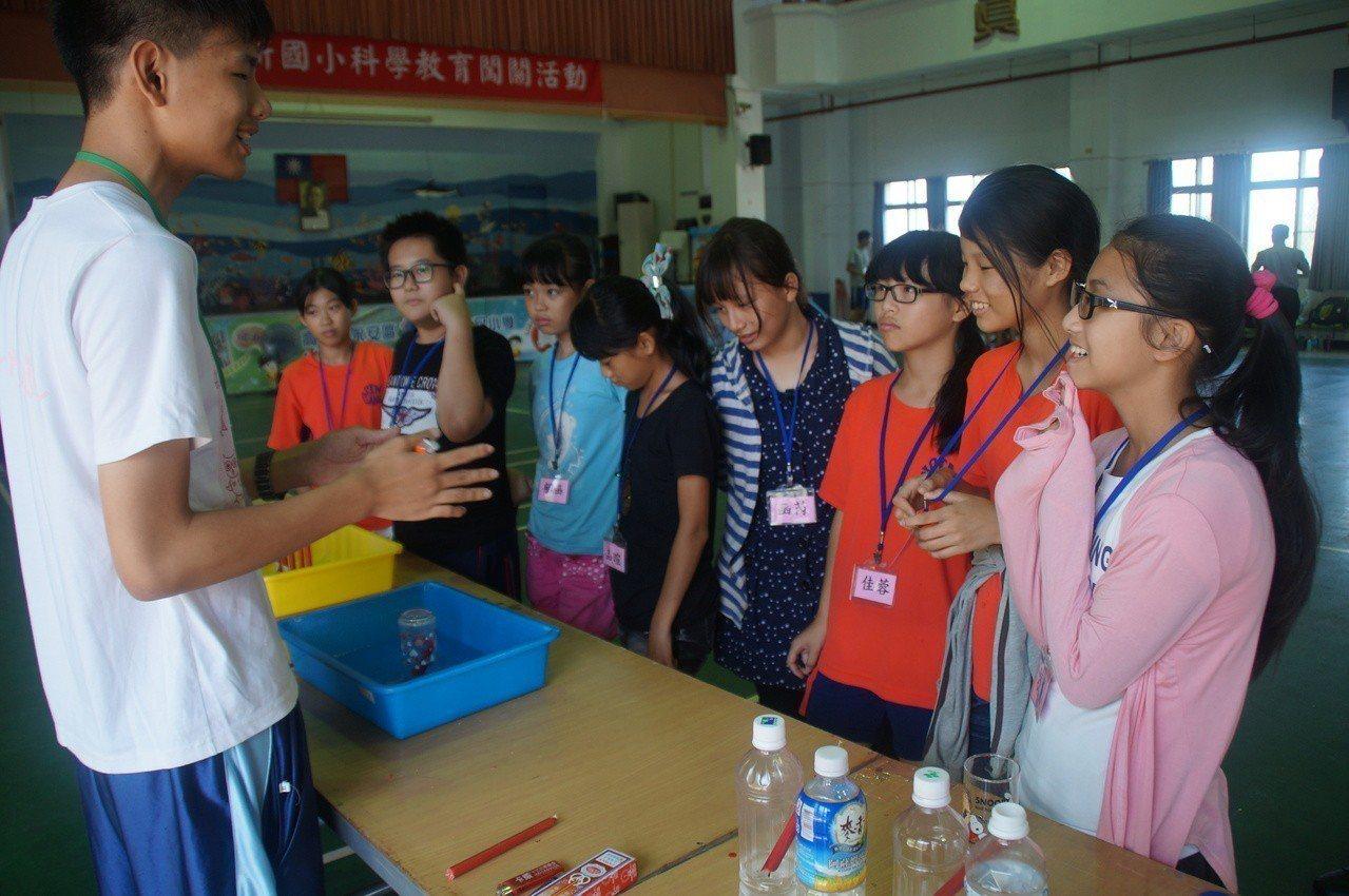 雄中鄉服務團隊「野一片夢之海」,為維新國小小朋友設計好玩的科學遊戲!圖/雄中提供