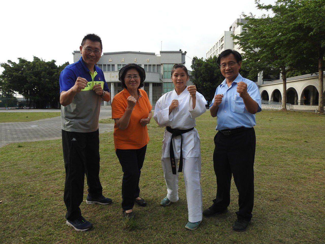 南投體育會空手道主委許阿甘(左2)今前往旭中道賀,也幫石愛琪(右2)打氣。記者賴...