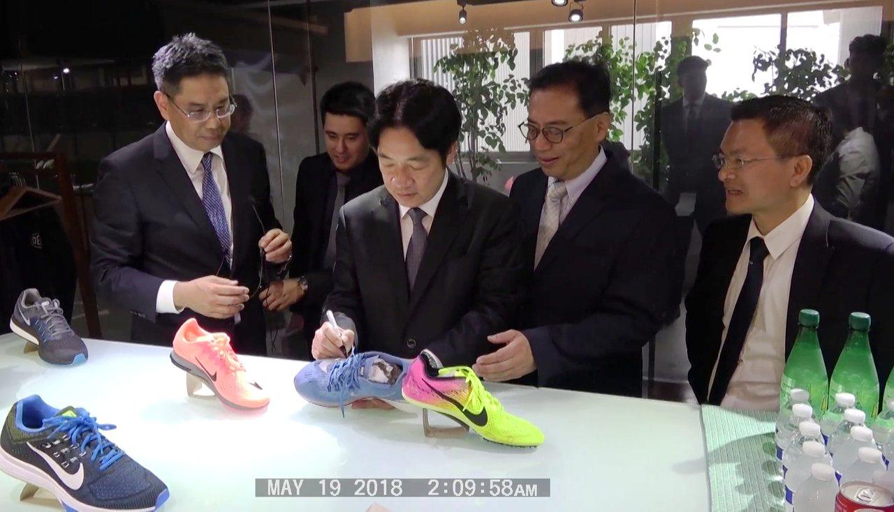 行政院長賴清德(左2)今天下午參訪彰化縣總成實業公司時,在展示的鞋球產品上簽名讓...