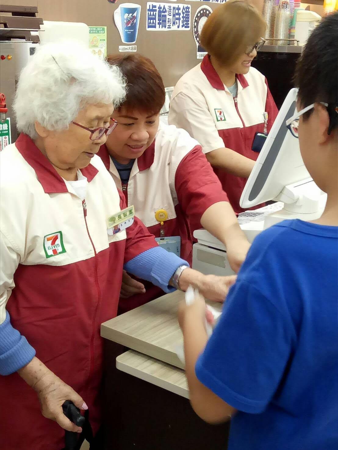 長智園失智症奶奶協助客人結帳,在今天的工作中,她擔心的不是算錯錢,而是看到這麼大...