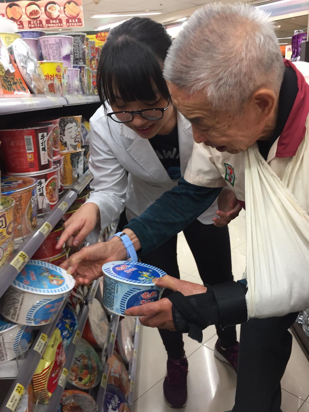 長智園爺爺正在將泡麵補貨。圖/桃園長庚醫院提供