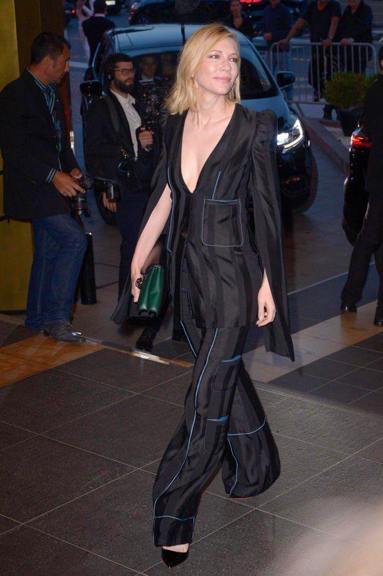 LOEWE褲裝正好展現凱特布蘭琪的帥氣中性氣質,亦不失性感女人味。圖/取自Tom...
