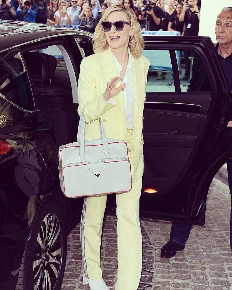 凱特布蘭琪穿黃色的Calvin Klein 2018褲裝。圖/取自IG