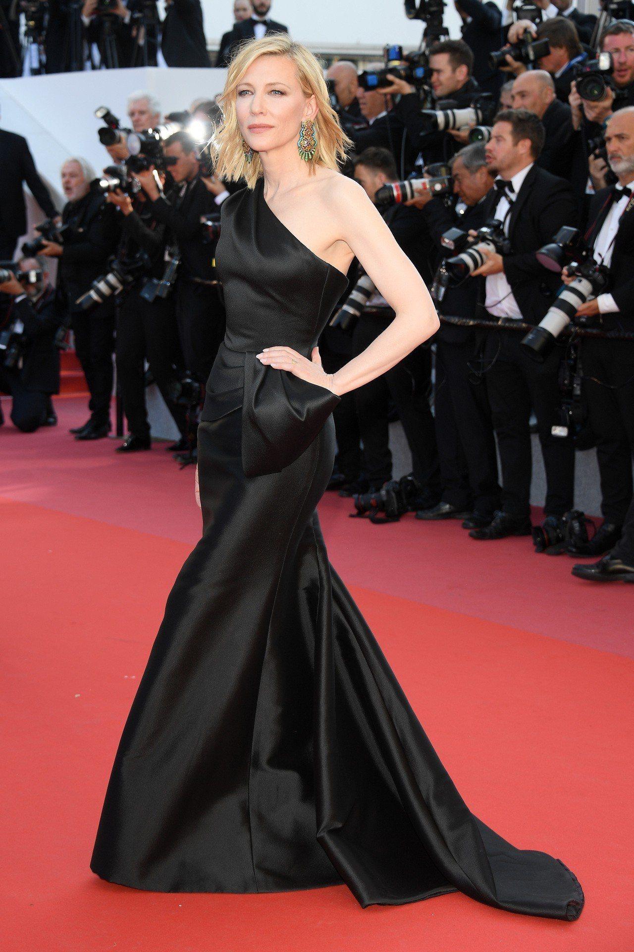 凱特布蘭琪詮釋Giorgio Armani Privé黑色絲質綢面單肩美人魚連衣...