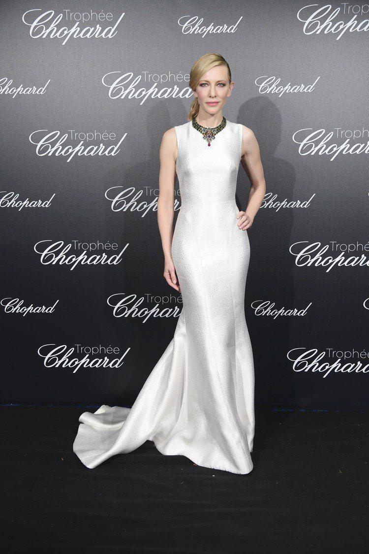 凱特布蘭琪穿Giorgio Armani Privé 白色絲質長裙宛若希臘女神。...