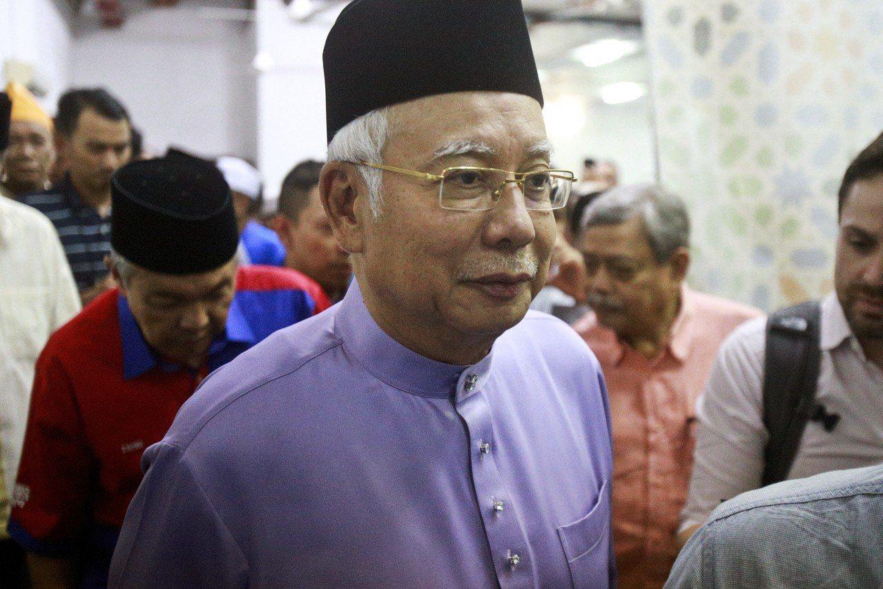 馬來西亞前總理納吉18日參加主麻日聚禮。美聯社
