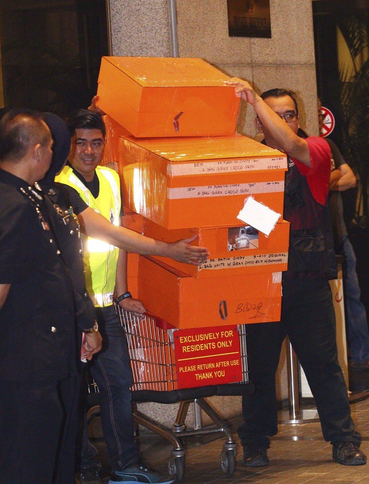馬來西亞警方從納吉寓所起出大批貨品必須用卡車載運。美聯社