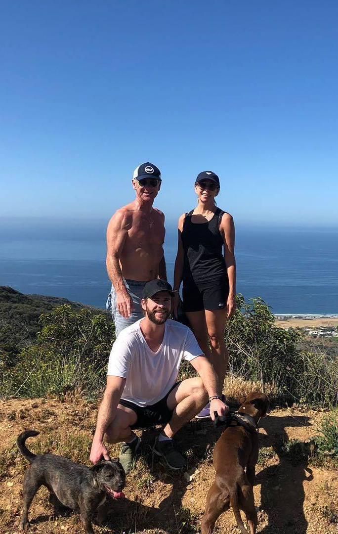 連恩漢斯沃分享(中)分享和家人健行照片,爸爸克雷格(左)的強壯肌肉贏得網友讚美。...