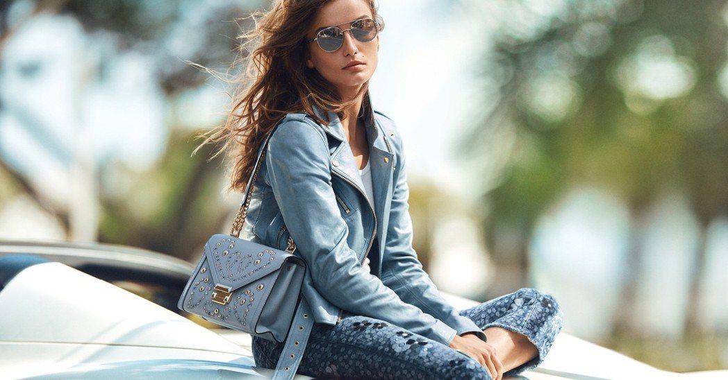 夏季新品Whitney鍊帶包共有白、藍、紅、粉4個色系。圖/MICHAEL KO...