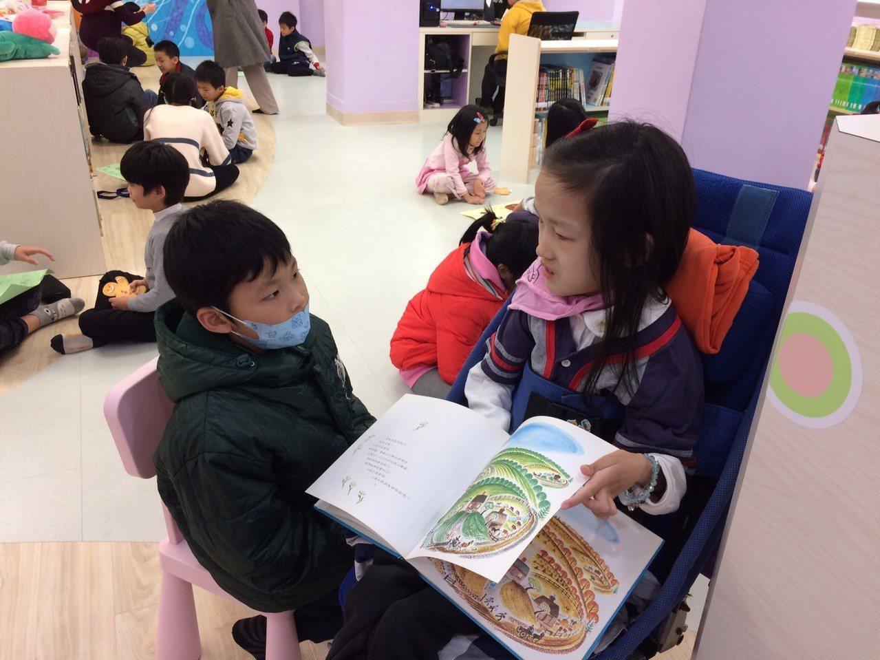 就讀基隆市中正國小6年級的林依依,罹患「先天性脊髓性肌肉萎縮」,獲得今年總統教育...