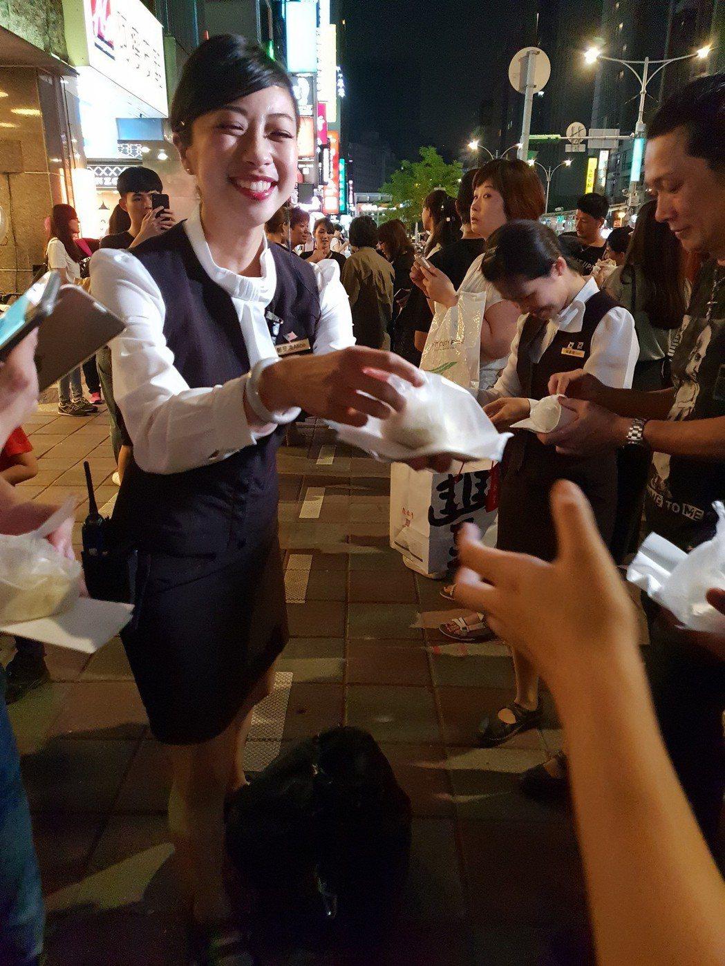 美麗店員分發包子,引發路人圍觀。記者李姿瑩/報導