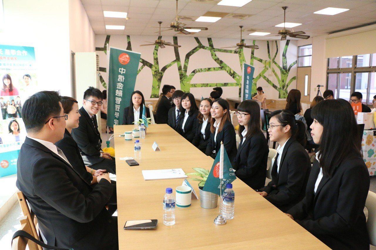 中國信託提供60名有薪實習名額,學生在媒合會上踴躍向人資主管提問。中信金融管理學...