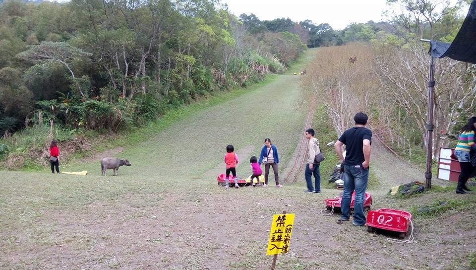 花蓮縣東湖休閒生態農場號稱擁有全台最長滑草道,卻被查出違法開發,且涉嫌占用國有地...