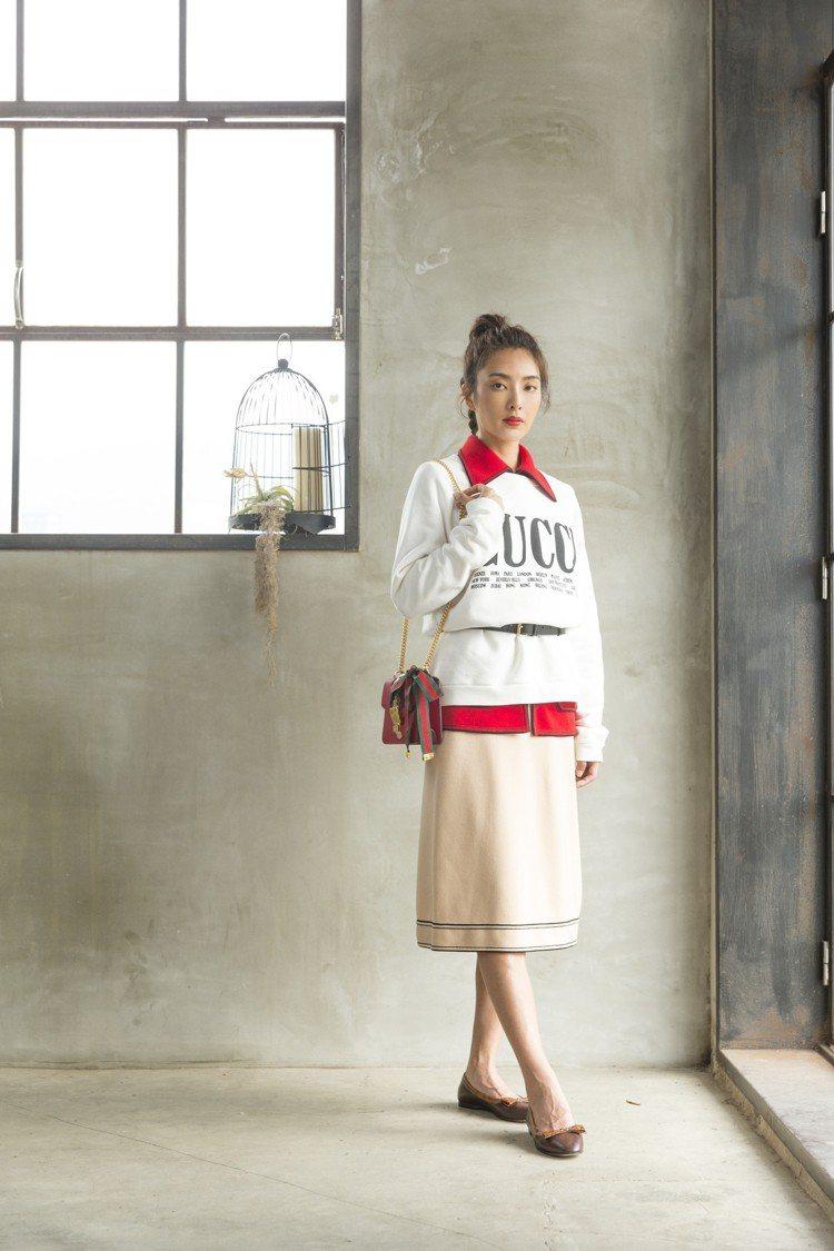 吳速玲穿Gucci印花棉質上衣 43,900元,紅色針織衫12萬7,600元,米...