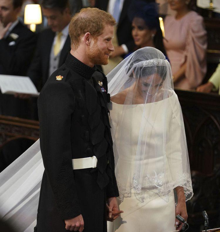 梅根馬可身穿Clare Waight Keller設計的婚紗,極為簡約優雅。圖/...